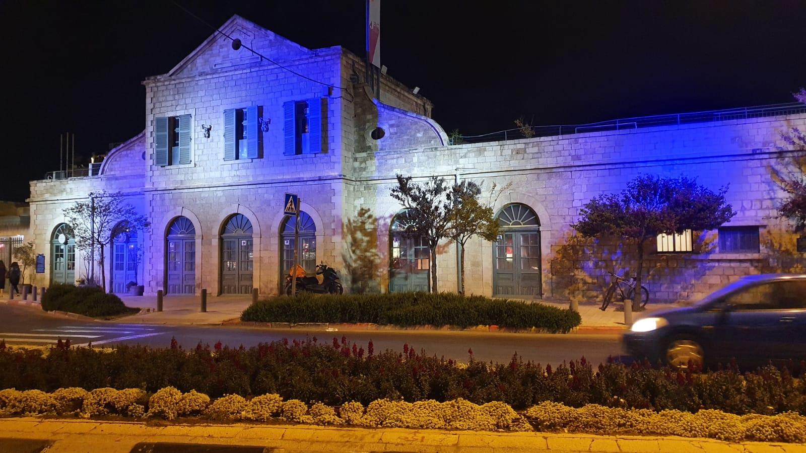 חזית מתחם התחנה מוארת בדגל ישראל ובצבעי כחול לבן (צילום: מחלקת המאור בעיריית ירושלים)