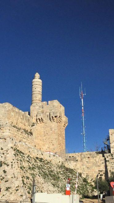 """""""פוגמת בקו הרקיע ההיסטורי"""": ההתנגדות להצבת האנטנה הסלולרית שגבוהה יותר ממגדל דוד"""