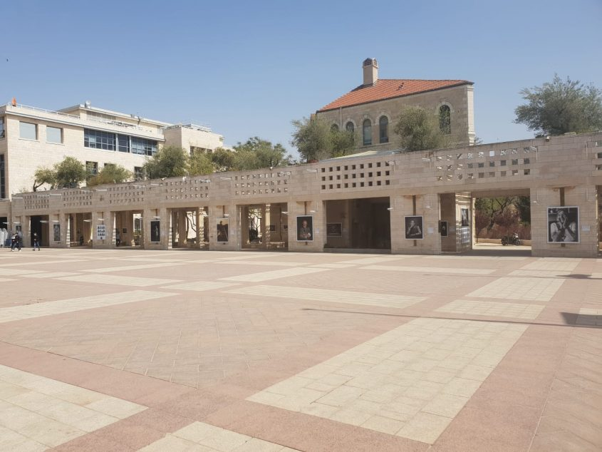 """תערוכת הצילומים """"לונקה"""" בכיכר ספרא (צילום: עיריית ירושלים)"""