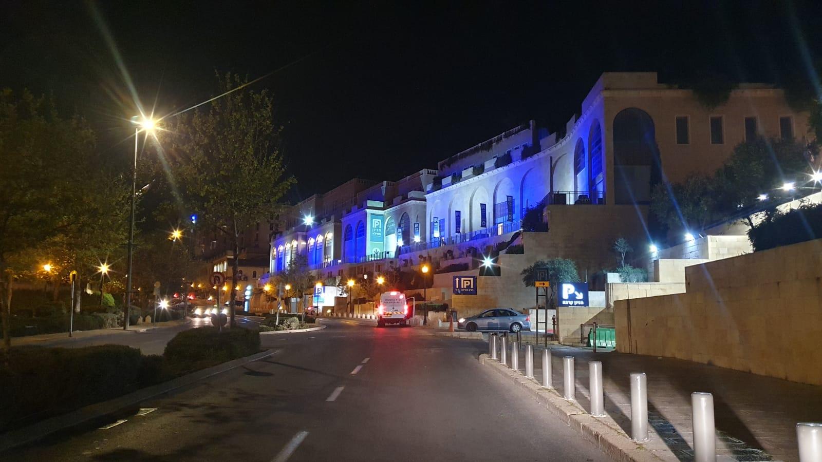 בנין אלרוב ממילא מואר בדגל ישראל ובצבעי כחול לבן (צילום: מחלקת המאור בעיריית ירושלים)