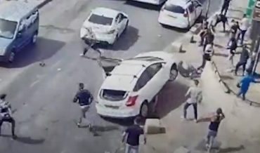 תיעוד נהג הרכב שאיבד שליטה והותקף (צילום: דוברות המשטרה)