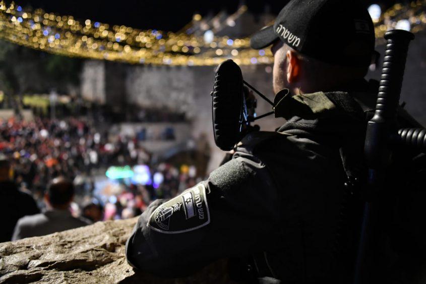 כוננות משטרה לרמדאן, שוטר ושוטרת עומדים סמוך להר ציון (צילום: דוברות המשטרה)