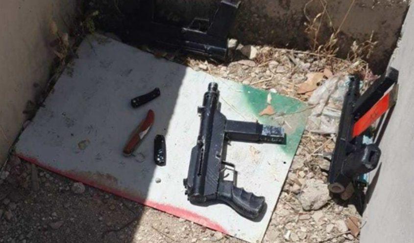 הנשקים של המחבלים בזירת הפיגוע (צילום: דוברות המשטרה)