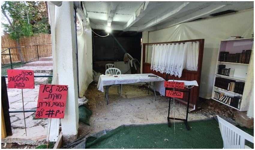 שלטי אזהרה שנתלו במבנה בית כנסת בקרית היובל (צילום: שי הלוי)