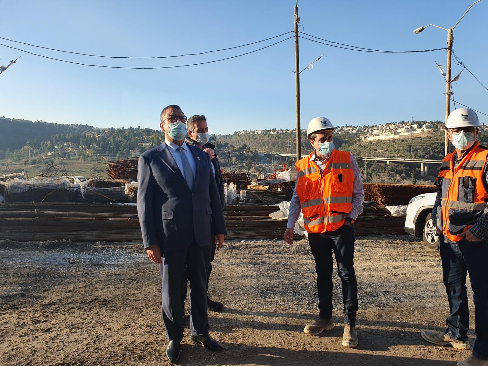 ראש העיר משה ליאון, סמוך לעבודות לכריית מנהרות כביש 16 (צילום: דוברות העירייה)