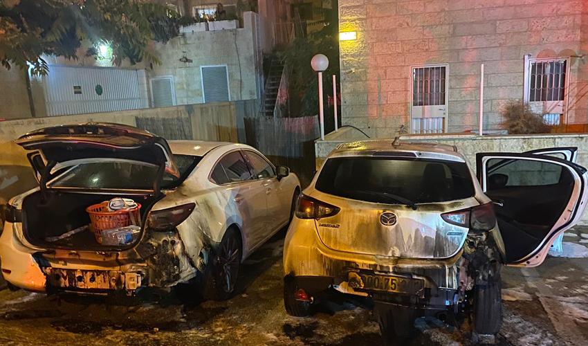 הצתת רכבים (צילום: כבאות והצלה ירושלים)