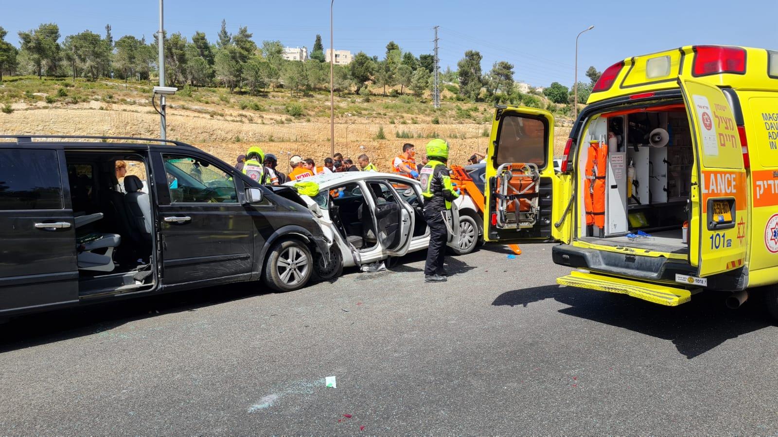 """זירת התאונה הקשה בכביש 1 (צילום: תיעוד מבצעי מד""""א)"""