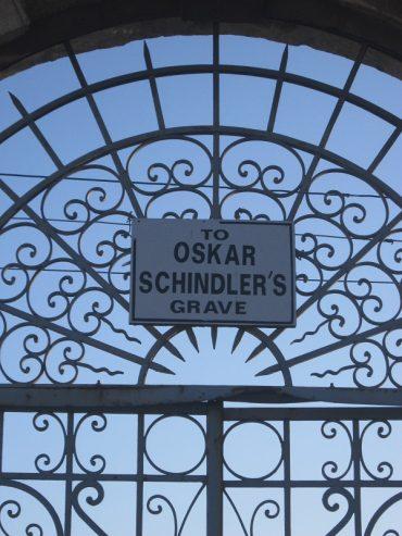 """שער הכניסה המוביל לקברו של שינדלר (צילום: ד""""ר אדם אקרמן)"""