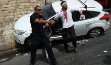 נהג הרכב לאחר שהותקף והשוטר שסייע לו (צילום: אוהד צויגנברג)