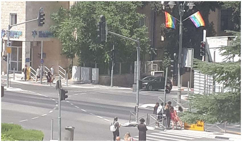 תליית דגלי הגאווה ברחוב קינג ג'ורג (צילום: הבית הפתוח)