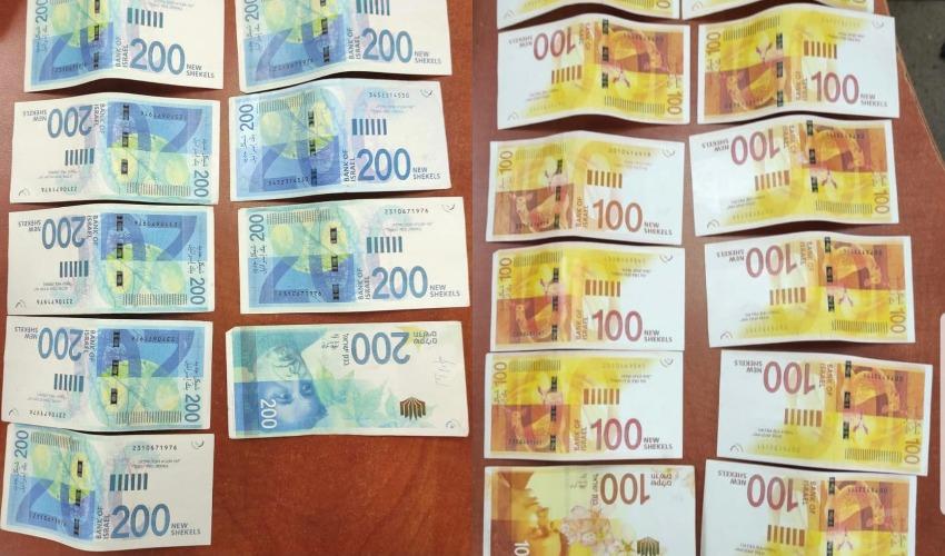 שטרות הכסף המזויפים שנתפסו (צילום: דוברות המשטרה)