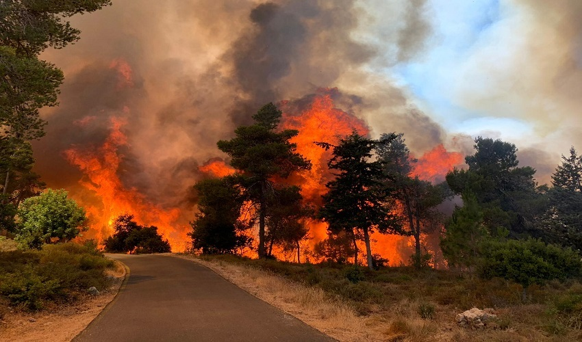 השריפה מתפשטת סמוך לקיבוץ מעלה החמישה (צילום: דוברות כבאות והצלה ירושלים)