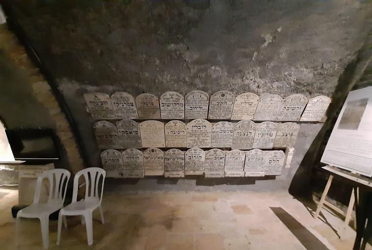 מרתף השואה - קיר זיכרון (צילום: אדם אקרמן)