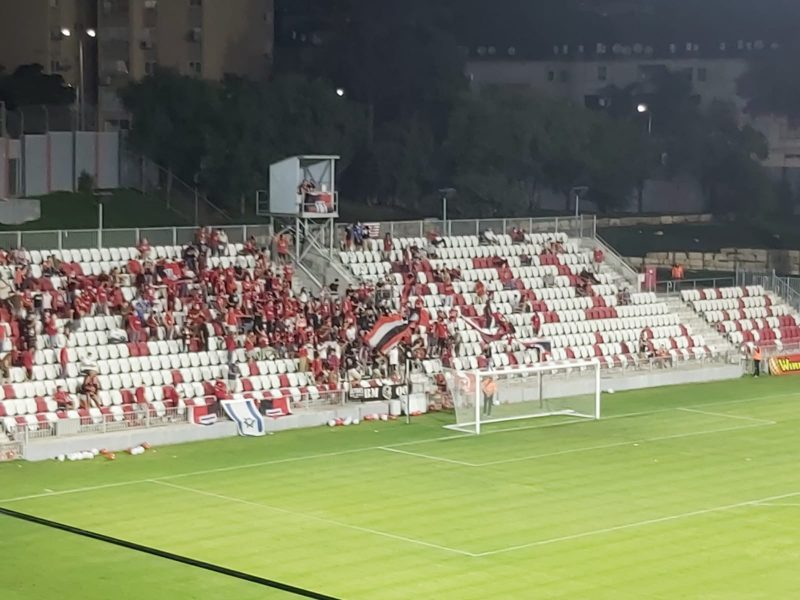 אוהדי הפועל ירושלים במשחק הבכורה המחודשת בליגת העל (צילום: אור בוקר)
