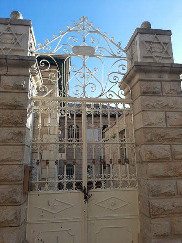 """שער הכניסה לבית הכנסת עדס (צילום: ד""""ר אדם אקרמן)"""