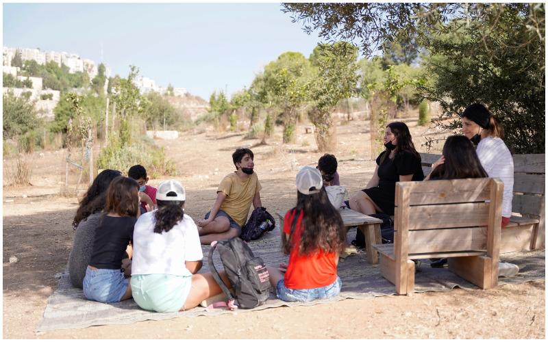תלמידים מתיכון גבעת גונן לומדים בעמק הצבאים (צילום: ריקי רחמן)