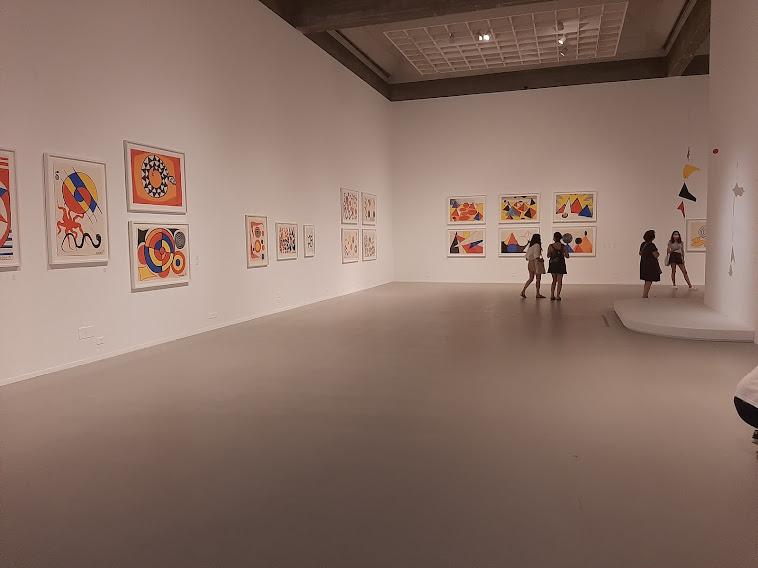 """תערוכת ציורי הגואש של אלכסנדר קלדר במוזיאון תל אביב לאמנות (צילום: ד""""ר אדם אקרמן)"""