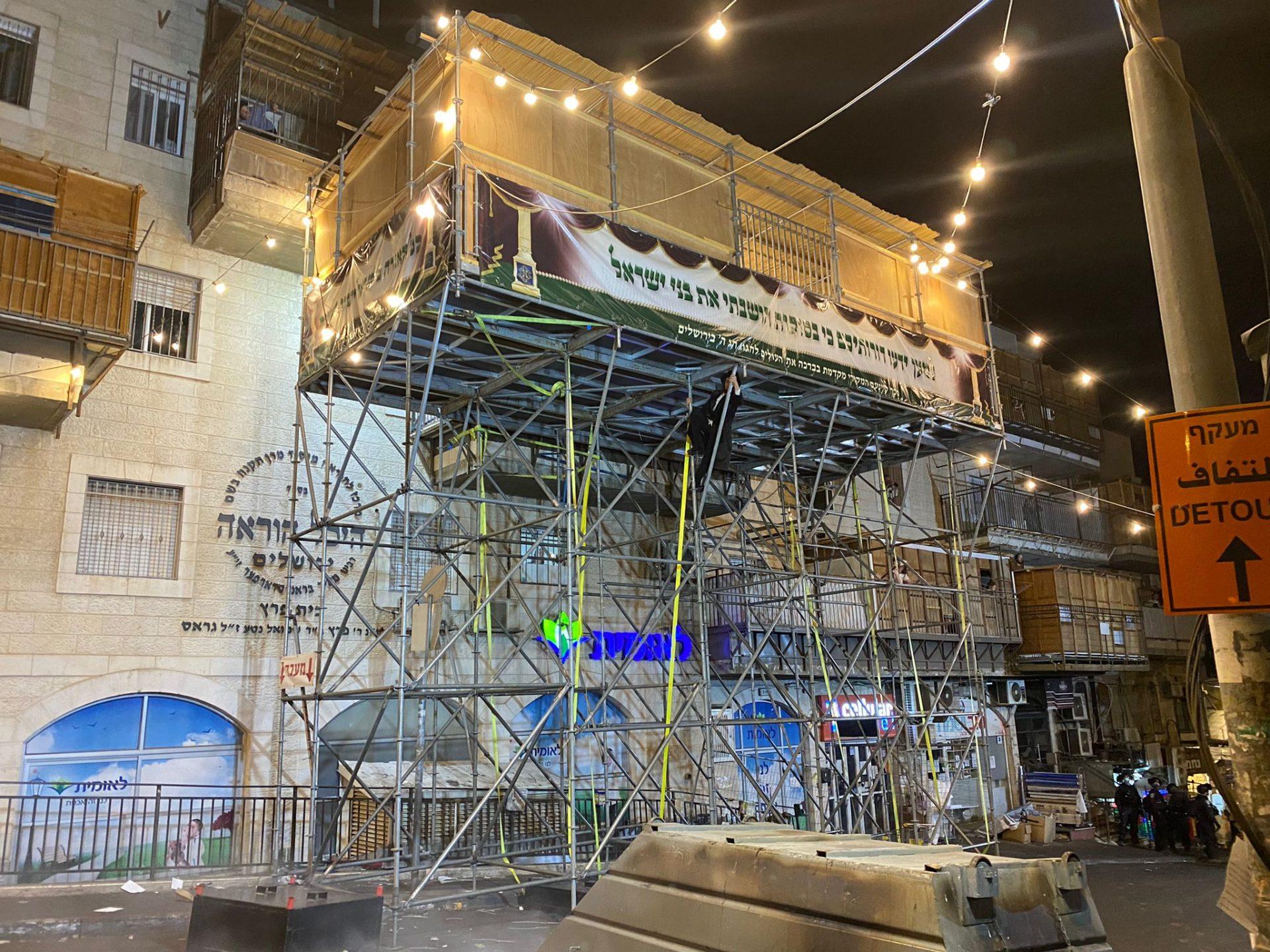 הסוכה שנבנתה בשכונת מאה שערים (צילום: דוברות המשטרה)