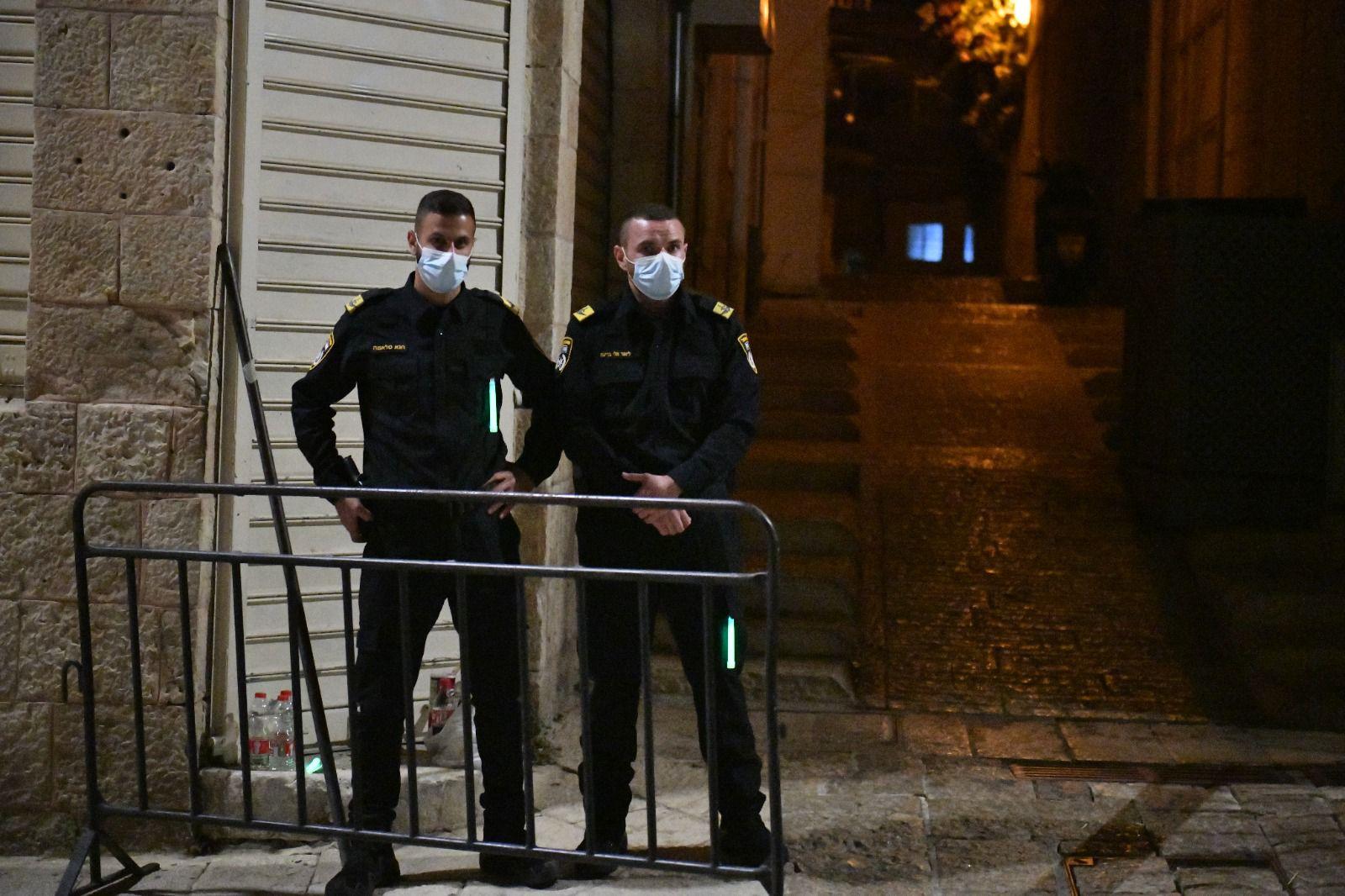 כוננות משטרה עיר עתיקה שוטרים מסכות