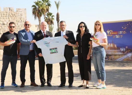 הצגת חולצת מרתון ירושלים 2021 (צילום: ארנון בוסאני)