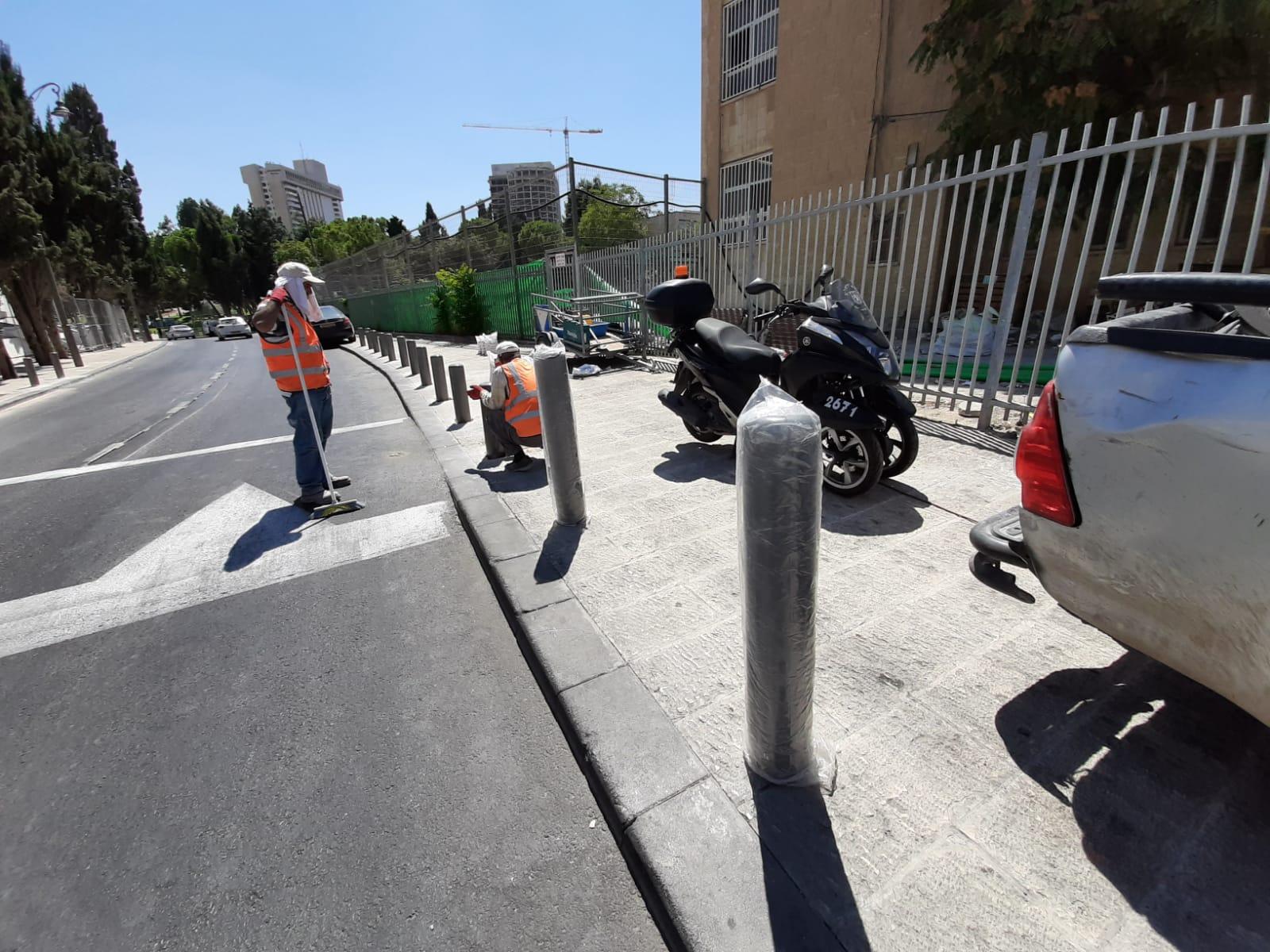 עמודי בטיחות במרכז העיר (צילום: נתנאל ולנסי)