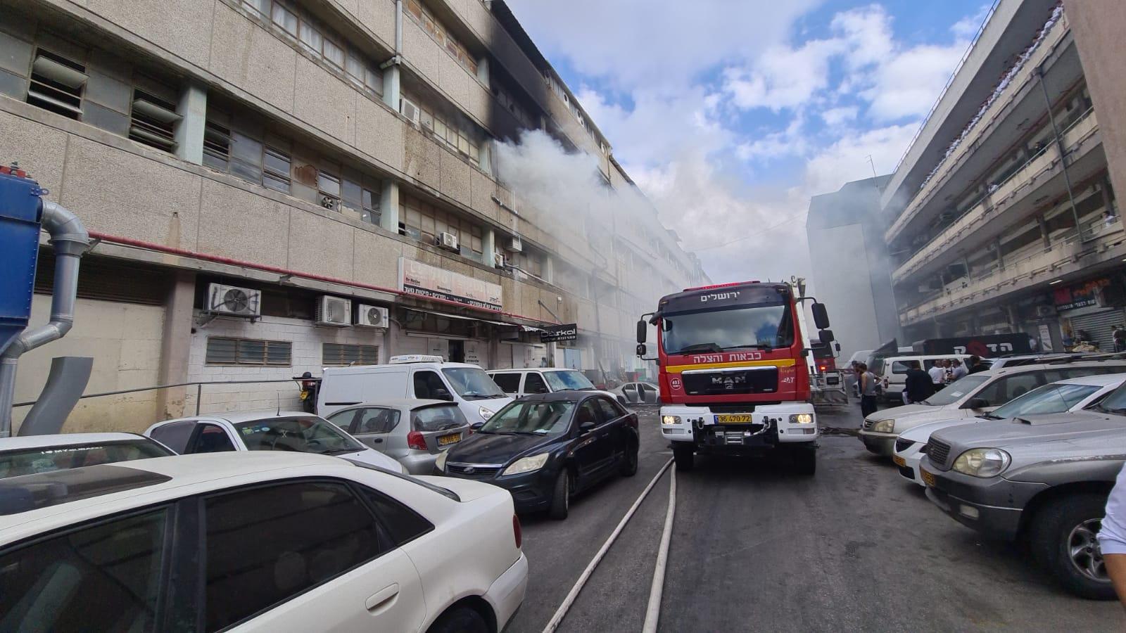 השריפה בבניין ספיר (צילום: דוברות כבאות והצלה ירושלים)