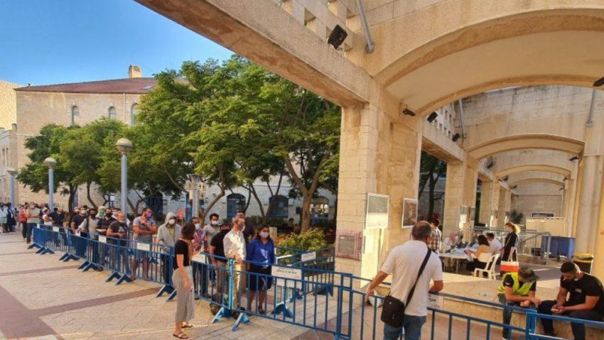 מתחם החיסונים בכיכר ספרא (צילום: ארנון בוסאני)