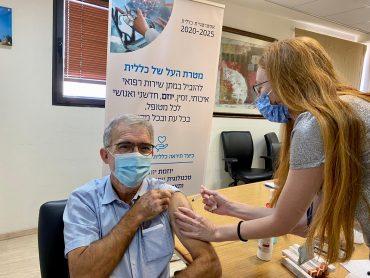 מנהל מחוז ירושלים בכללית, מיכאל מישורי דרעי מקבל חיסון נגד שפעת (צילום: דוברות כללית שירותי בריאות)